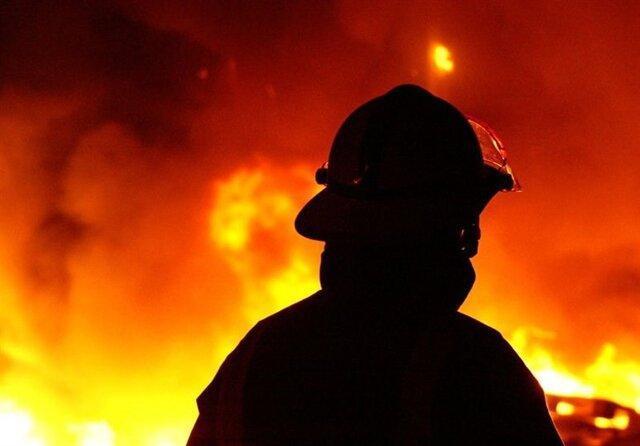 آتش سوزی یک انباری کفش در بازار تبریز، مصدوم شدن یک آتشنشان در حادثه