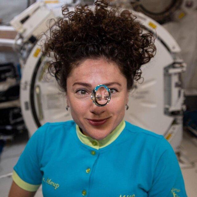 فضانورد ناسا پشت یک قطره آب معلق