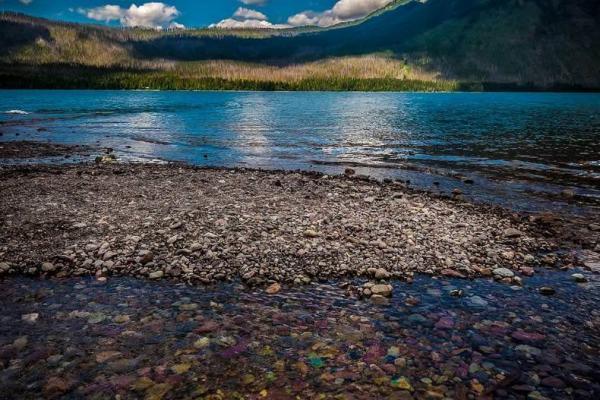 سفر به آمریکا: سنگریزه های رنگی دریاچه مک دونالد؛ ایالت مونتانا